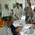 Indian tourists — Индийские туристы перекусывают