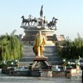 Памятник Ниязову и ахалтекинским скакунам